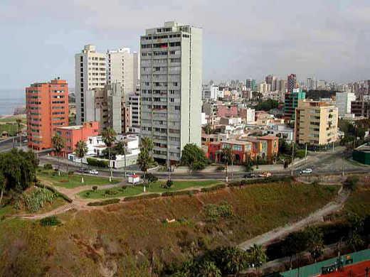 Lima, Miraflores. Links im Bild sieht man den Pazifik.