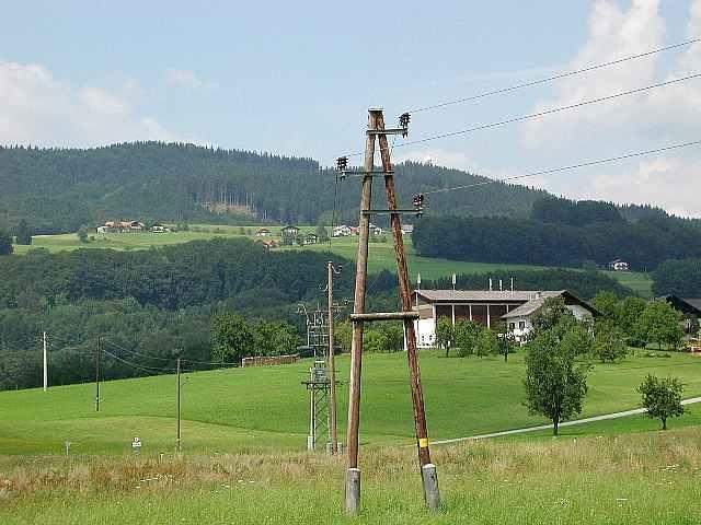 Der Haunsberg vom Süden gesehen. Viele moderne Häuser werden mancherorts mit Stacheln versehen. Die negative Auswirkung der neuartigen Stacheln wird noch immer geleugnet. (kat)