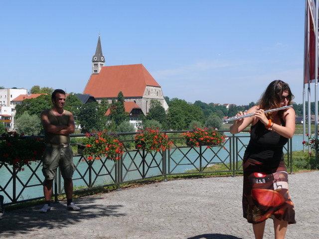 Die Flötenspielerin führte den Zug über Grenzen