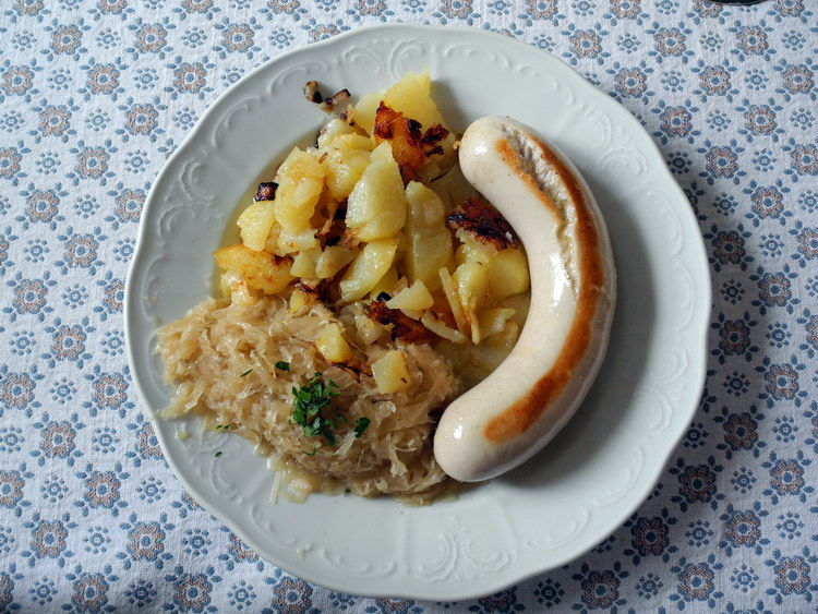 Bratwurst mit Kraut und Röstkartoffel