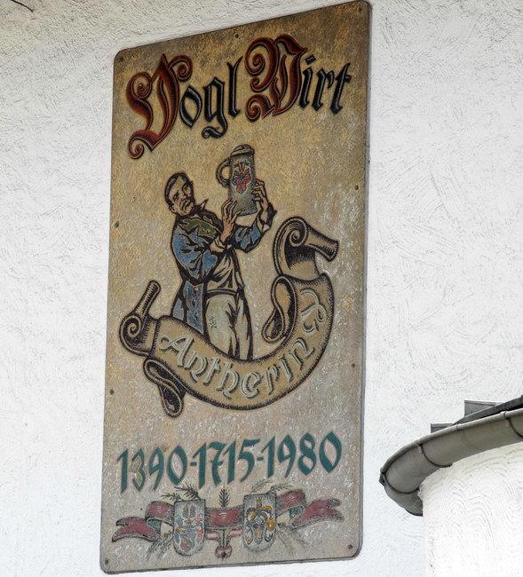 Beschriftung auf der rechten Hauswand
