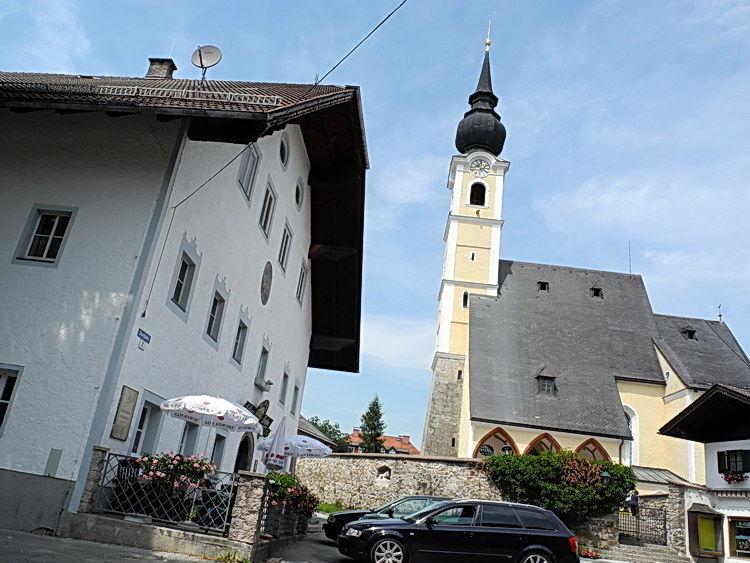 Der Dorfplatz mit Pfarrkirche und Voglwirt