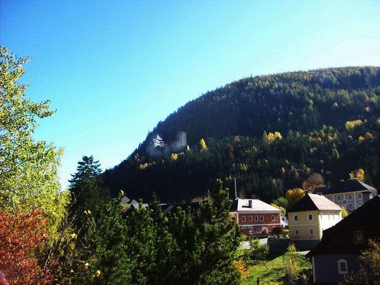 Burg Finstergrün schaut stolz herunter und rechts im Hintergrund sieht man Schloss Wintergrün.