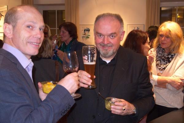 Ernst Jani prostet seinen Gästen zu.