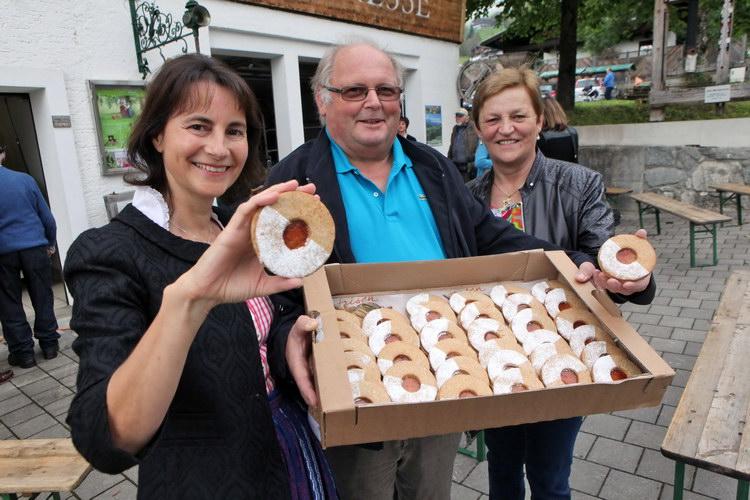 Das erste Produkt aus dem Bramberger Apfeltrestermehl: von links: Tauriska GeschŠftsfŸhrerin Susanna Vštter mit dem Bramberger Bäckermeister Fritz Daxenbichler und dessen Gattin Gitti mit dem Epfö-Auge (Keks)