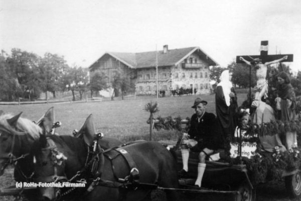 Motivwagen beim Leohardiritt zwischen 1945 und 1950 - viele dieser Motivwägen rief der damalige Kaplan Spitzl ins Leben. Er verfügte, dass alle Ortsteile der Pfarrei einen Motivwagen stellen mußten Kreuzgruppe - Fahrer Fritzenwenger Johann im Hintergrund das Fallwickl-Anwesen