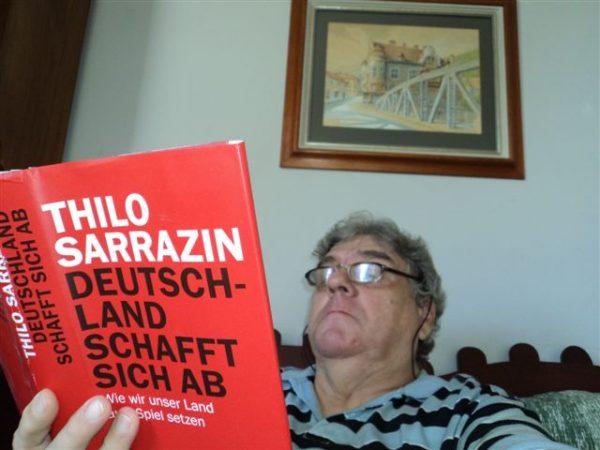 Reinhard beim Studium aktueller Bücher.