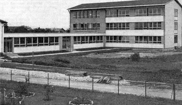 Ein Stolz unserer Gemeinde ist die neue Hauptschule mit ihren fünf Klassenräumen, in denen auch der polytechnische Lehrgang untergebracht ist. Am 15. Oktober wird die Hauptschule offiziell eingeweiht und ihrer Bestimmung übergeben.
