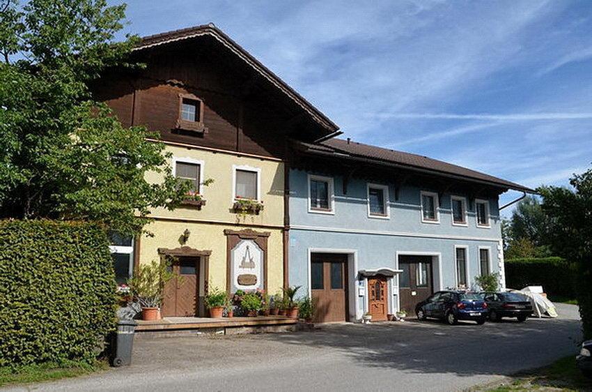 Die Käserei dient heute 2011 der Tischlerei Haslauer als Betriebsstätte.