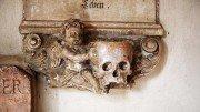 Totenkopf auf einer Grabtafel an der Stiftkirche Laufen. Foto: KTraintinger