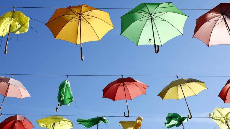 Regenschirme, bunt wie das Programm im Dorfradio | Von Karl Traintinger