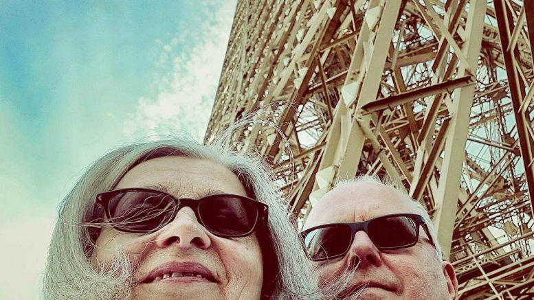 Elisabeth und Karl Traintinger, die beiden Moderatoren des Dorfradios vor dem Pariser Eiffelturm