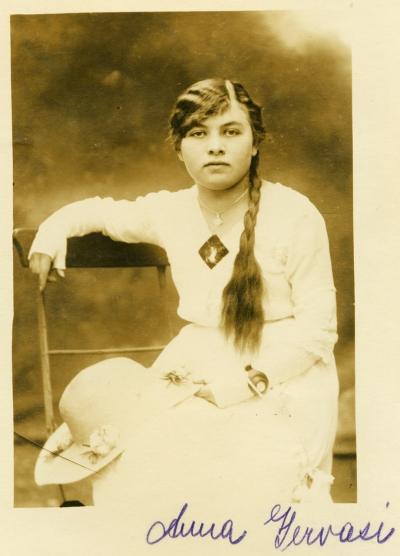 Anna Gervasi mit 15 Jahren.  Sie war die jüngste der Schwestern  und hatte auch die beste Ausbildung.