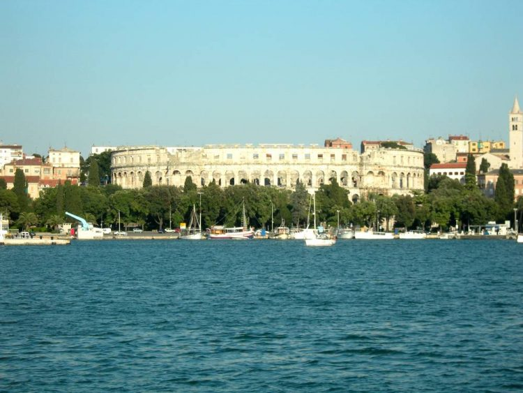 Pola - Kolosseum vom Hafen aus