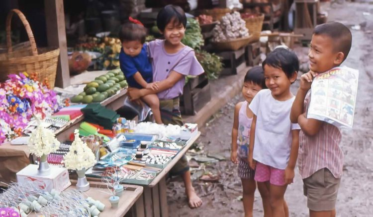 Marktstand mit Kindern in Bangkok