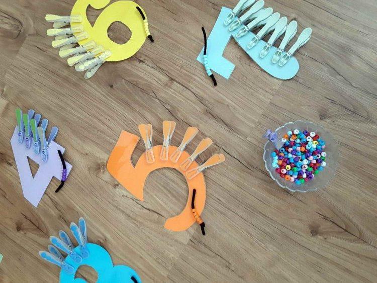 Um die Verbindung zwischen Ziffern und Zahlen zu vertiefen, können Kinder zum Beispiel Wäscheklammern oder Perlen zählen und ihre Anzahl den Ziffern zuordnen. Falls das Ma-terial so ausgewählt wird, dass nur eine gewisse Anzahl blauer, roter oder grüner Wä-scheklammern vorhanden ist, gibt es für die Kinder auch die Möglichkeit der Selbstkon-trolle. (Angelika Pacher)