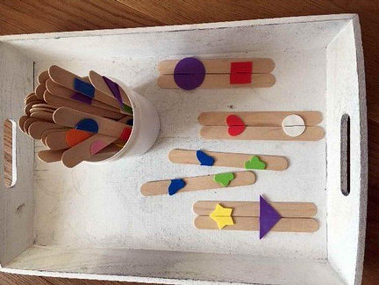 Bei diesem Lernarrangement geht es um das Erkennen von Farben und Formen. Wie bei einem einfachen Puzzle können Teilfiguren zu einer Gesamtfigur zusammengefügt wer-den, indem die passenden Holzstäbchen nebeneinandergelegt werden. (Tanja Doleschal)