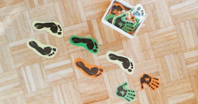 Die Hand- und Fußabdrücke werden laminiert und ausgeschnitten. Das hergestellte Material kann am Fußboden, auf der Terrasse oder Wiese aufgelegt werden und das Kind kann sich von Abdruck zu Abdruck z.B. auf einem Bein, hüpfend usw. bewegen. Die Körperwahrnehmung, das Gleichgewicht und die Bewegungsfreude stehen bei diesem Spiel im Mittelpunkt. (Victoria Lorenzoni)