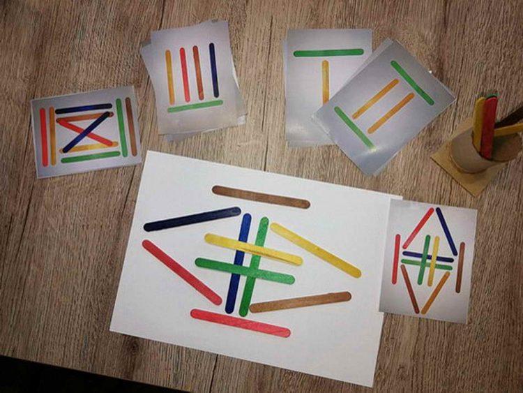 Das Stäbchenspiel fördert die Hand-Augen-Koordination, die Konzentration und Wahr-nehmungsfähigkeit. Das Kind kann sich kreativ betätigen, indem es die angemalten Holz-stäbchen nach Belieben auf einer größeren Unterlage, wie z.B. auf Zeichenpapier oder einem Tablett auflegt. Eine Variation des Spieles wäre, dass das Kind wie am Bild erkenn-bar, Vorlagen zum Nachlegen erhält und somit seine Raum-Lage-Orientierung ausbaut. (Anna Werndl)