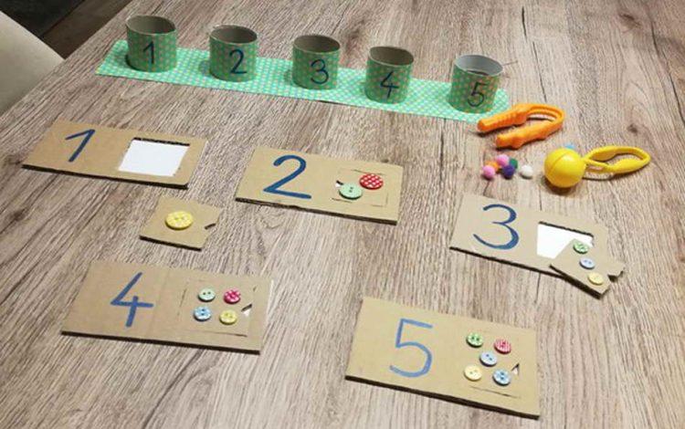 Hat ein Kind Freude am Zählen, dann kann dieses Zahlenpuzzle mit ganz einfachen Mit-teln hergestellt werden. Karton, Klopapierrollen, Knöpfe sind die Grundmaterialien dieses Lernarrangements. (Anna Werndl)